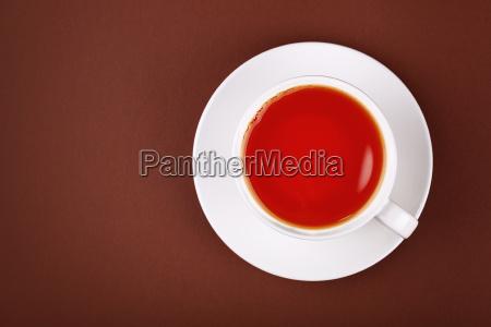 voller weisser becher aus schwarzem tee