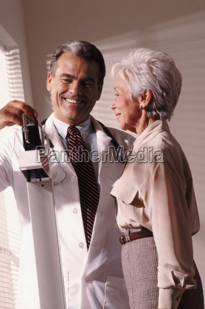 doktor der aelteren patienten wiegt