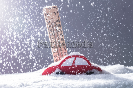 auto ueberschlaegt sich mit schnee in