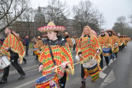 musikzug beim karnevalsumzug in hannover