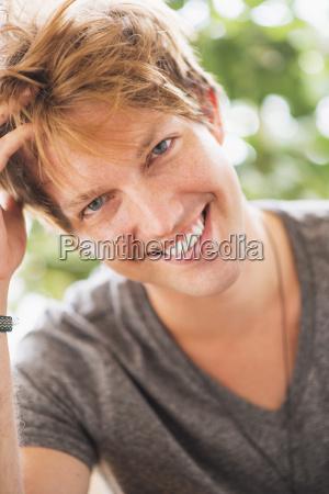 lachen lacht lachend belaecheln kichern laecheln