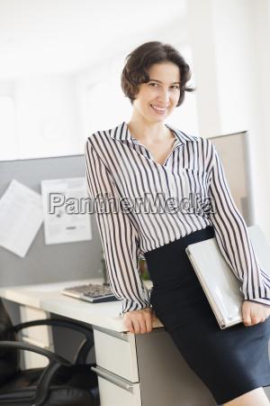 portraet einer geschaeftsfrau im amt