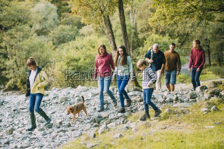 drei generationen familienwanderung durch den lake