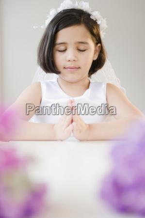 portraet eines maedchens 8 9 betet