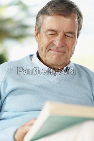 buch des aelteren mannes lese
