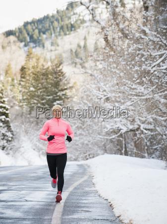 frau joggt im winter