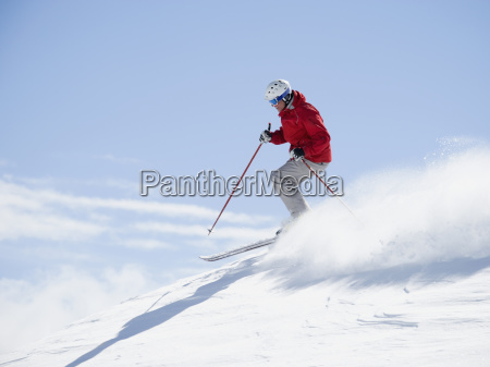 mann skifahren bergab