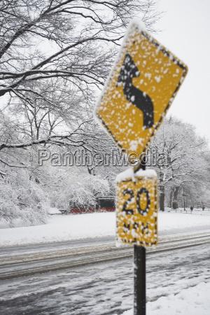 geschwindigkeitsbegrenzungsschild schneebedeckt