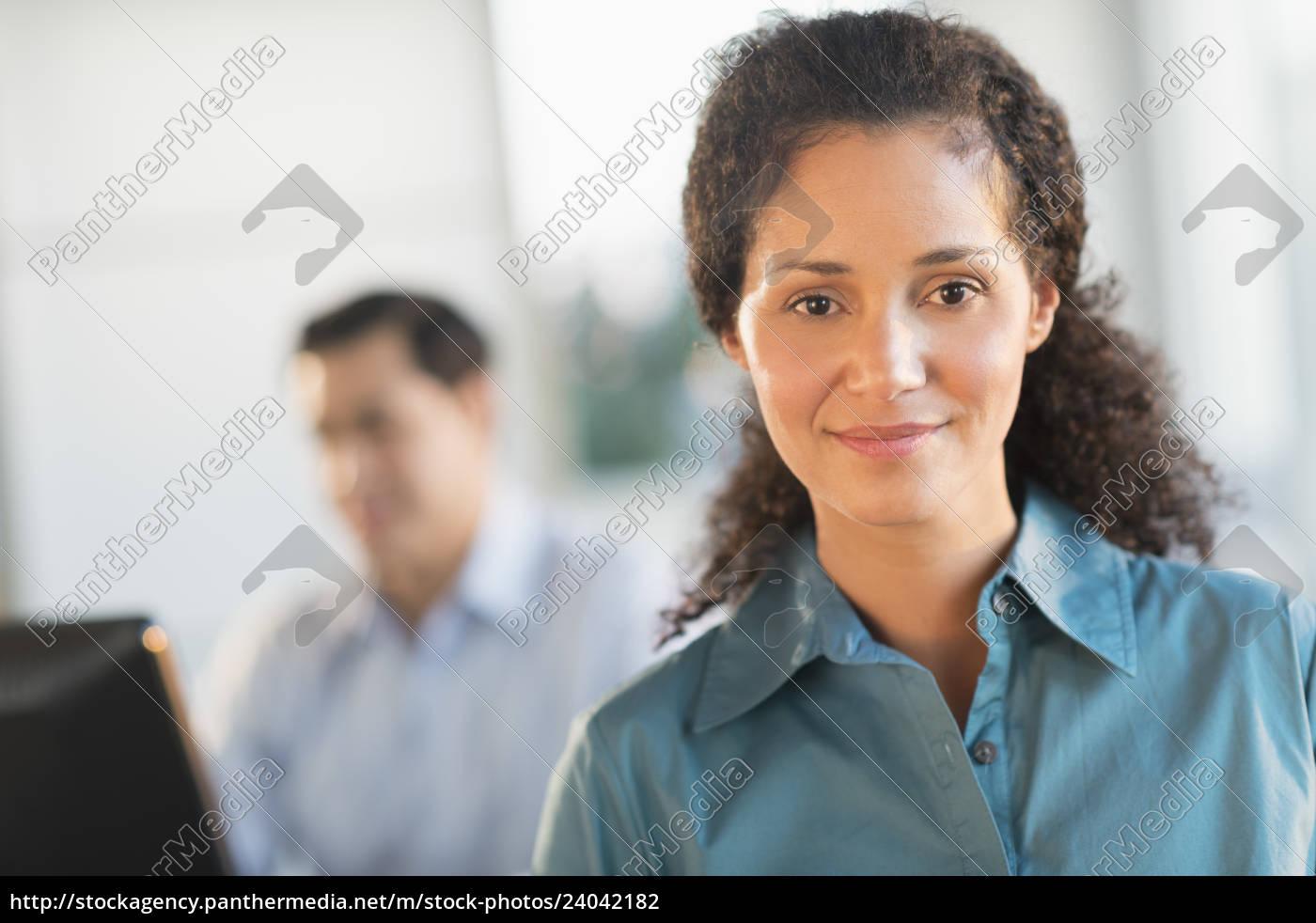porträt, der, geschäftsfrau, im, amt, mit - 24042182