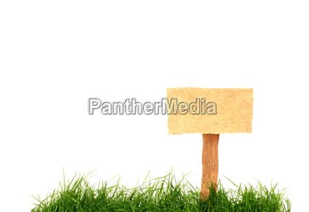 isoliertes holzschild im gras