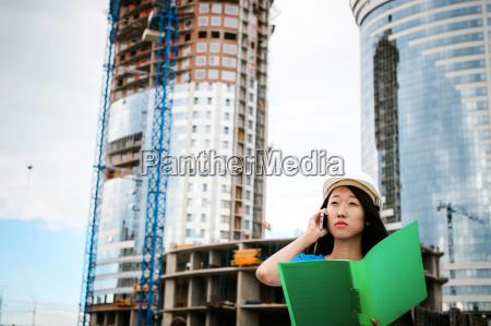 asiatische frau in einem blauen kleid