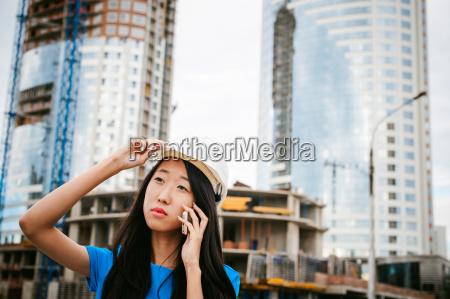asiatische frau in blauem kleid und