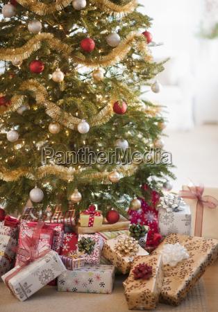 bunte geschenke unter weihnachtsbaum