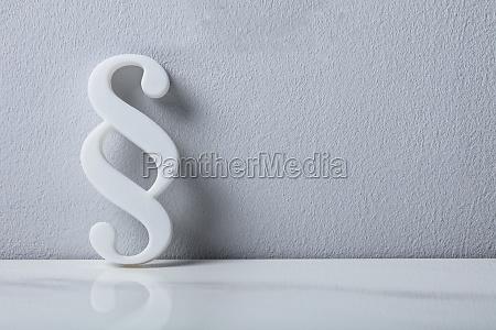 nahaufnahme eines absatzsymbols