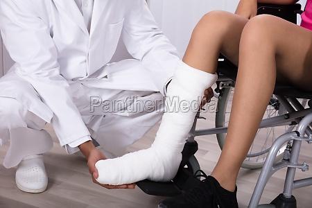 doktor der das bein der behinderten