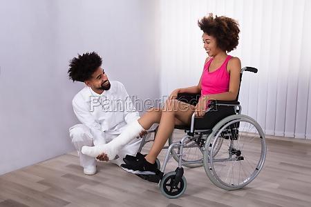 physiotherapeut der bein des weiblichen patienten