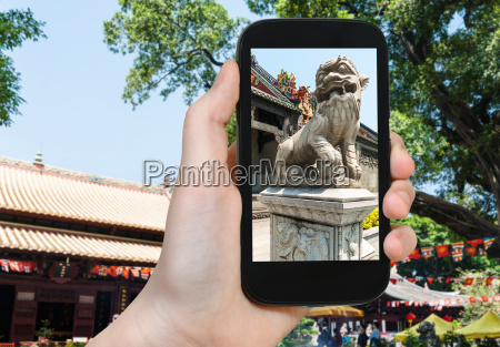 touristenfotos loewenstatue in guangzhou stadt