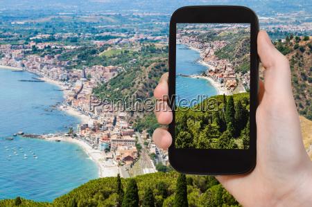 touristenphotographie auf ionischem seeufer in sizilien