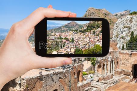touristen fotografiert taormina stadt in italien