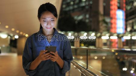 chinesin antwortet sms auf handy