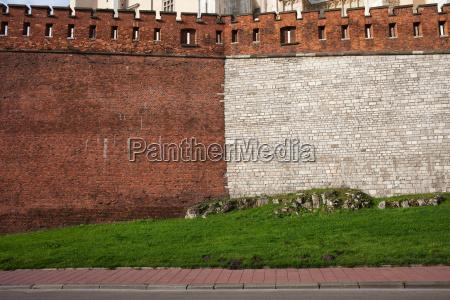 mittelalterliche burgmauer aus stein und ziegelstein
