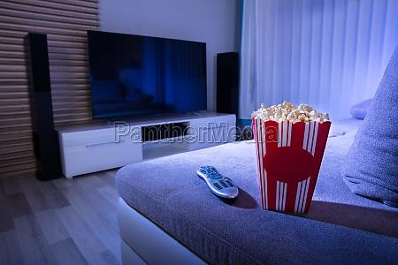 nahaufnahme des popcorns und der fernbedienung