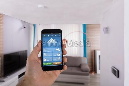 menschliche hand mit smart home system