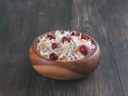 sauerkraut mit cranberry und karotte