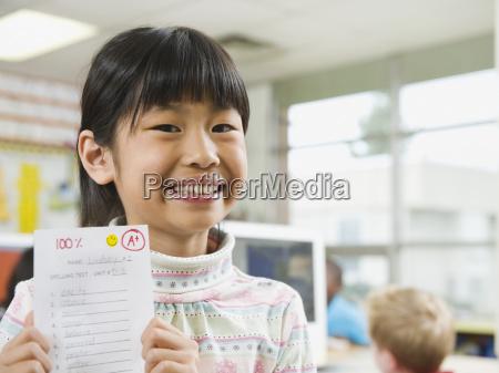 grundschueler mit a note papier