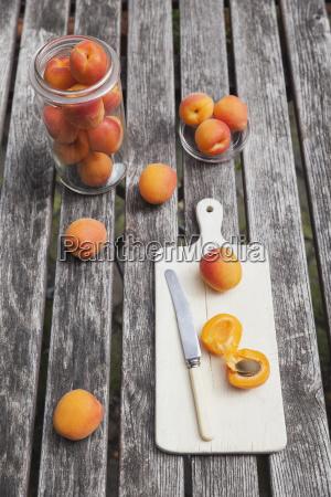 aprikosen auf gartentisch