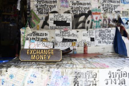 thailand bangkok street exchange geld stehen