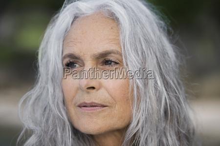 portraet einer schoenen seniorin