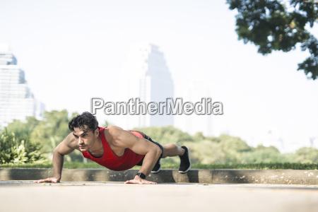 mann im roten fitness shirt beim