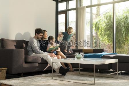 familie auf dem sofa zu hause