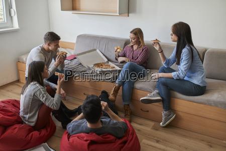 gruppe von studenten im internat essen