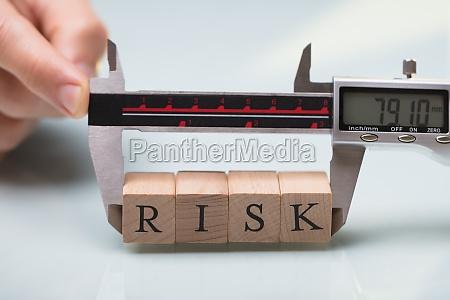 person die risikobloecke mit digitalem elektronischem