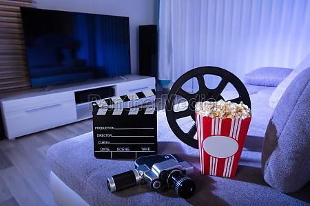filmkamera mit clapperboard und popcorn