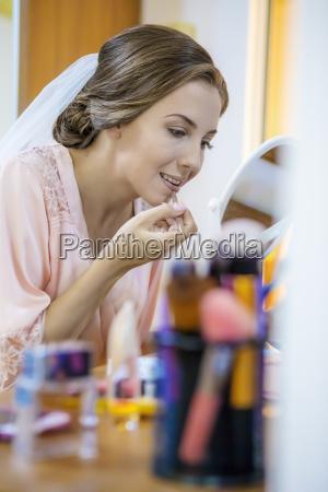 make up auftragen lippenstift auf die