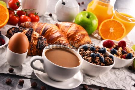 fruehstueck serviert mit kaffee saft croissants