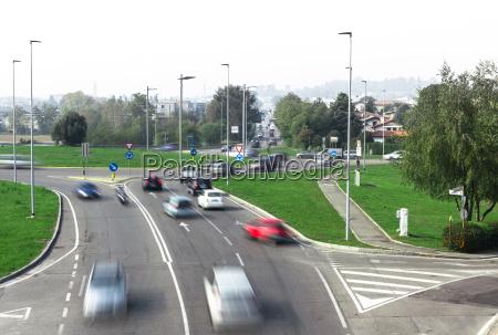 autoverkehr rund um den kreisverkehr