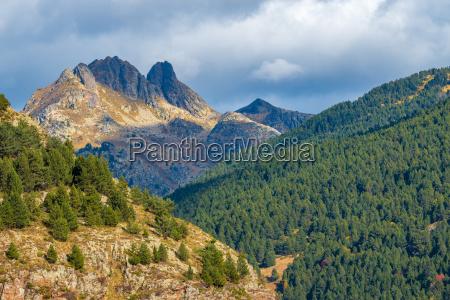 schoene landschaft von bergen im land