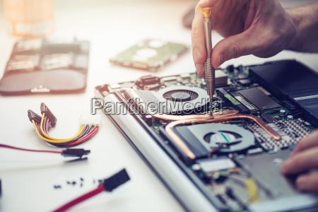 techniker der laptop computer nahaufnahme repariert