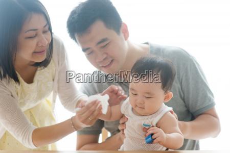 wischt baby hand mit gewebe