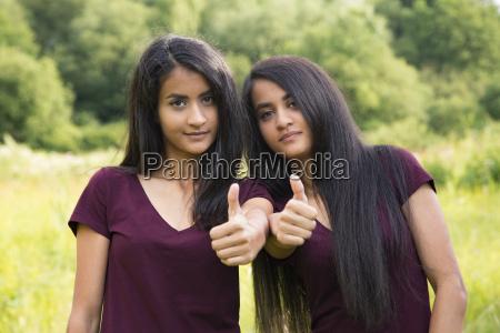 zwillinge halten daumen hoch