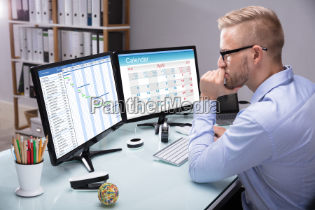 geschaeftsmann der gantt diagramm auf computer