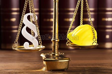 paragraph symbol und schutzhelm auf gerechtigkeits
