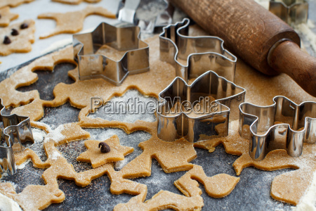 weihnachtskekse mit cookie cuttern kochen