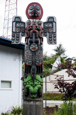 totem wooden tradition carving old frog