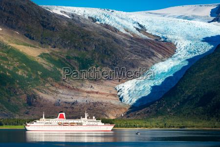 kreuzschiff bei svartisen gletscher in norwegen