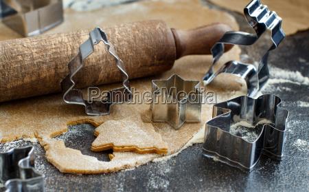 kochen von weihnachtsplaetzchen mit ausstechformen